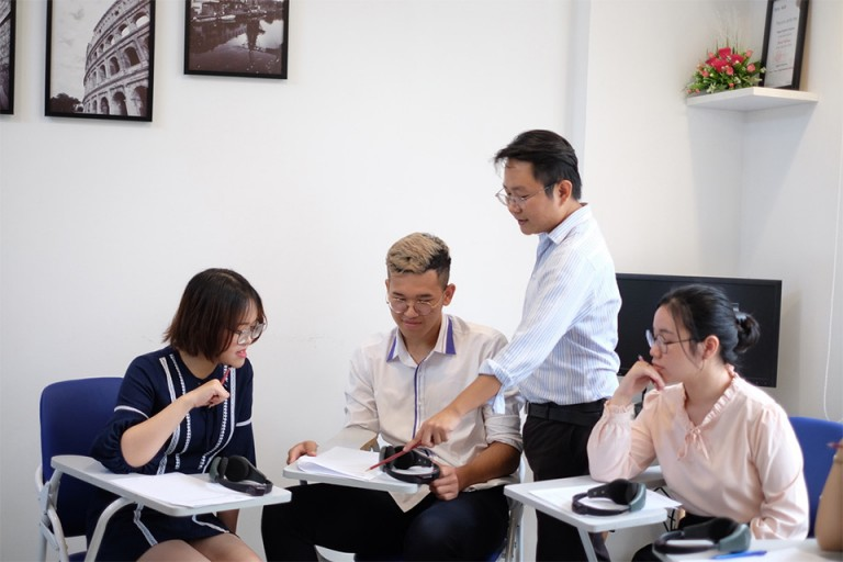 Giáo viên của IELTS Vietop tận tình sửa lỗi cho học viên