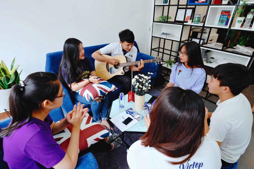 Một buổi giao lưu ngoại khóa của các học viên Vietop