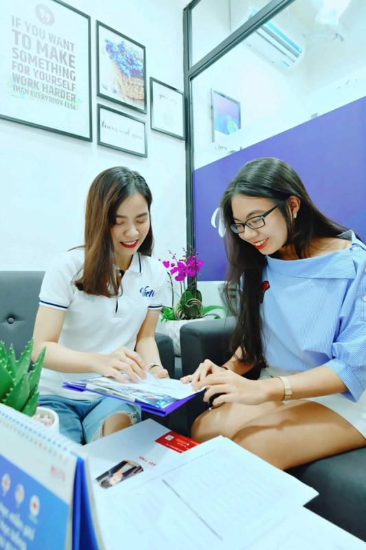 Nhân viên IELTS Vietop Gò Vấp tận tình trợ giúp học viên