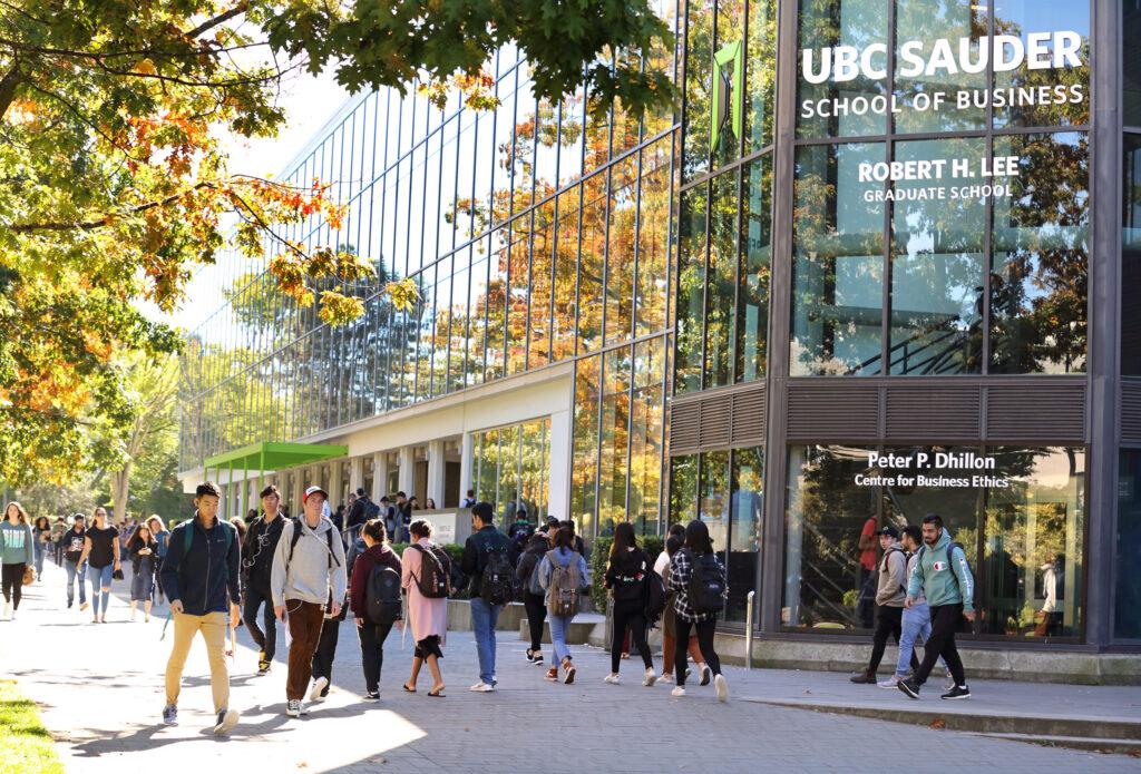 Bạn cần thi IELTS Academic nếu muốn đi du học ở bậc Đại học hoặc Sau Đại học