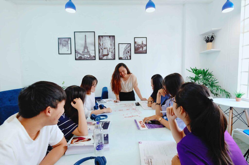 Giáo viên IELTS Vietop và học viên thoải mái trao đổi bài học với nhau.